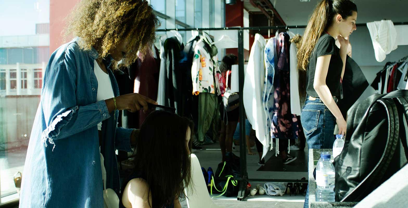 Três alunas na escola de Moda do Porto